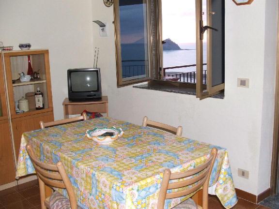 Casa vacanza con terrazzo con  vista mare ed isole eolie