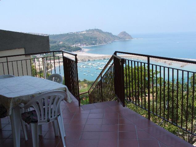 Casa vacanza con terrazzo con vista mare ed isole eolie - Struttura ...